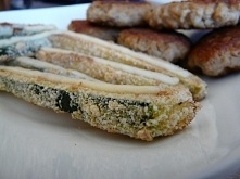 Zdrowy zamiennik frytek, czyli pieczona cukinia z bułką tartą oraz plasterkiem sera. Z tyłu widać kotlety sojowe, które chciałam przetestować i muszę przyznać, że są smaczne :)