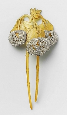 A Hair Comb of horn and gold set with diamonds, representing two Viburnum branches, by R. Lalique. France, ca. 1900.