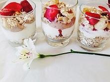Płatki musli z jogurtem naturalnym i owocami :)   Coś przepysznego. Idealne n...