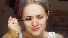 Dziewczyna zaczęła robić sobie makijaż. Nagle się rozpłakała! Gdy spojrzałam ...