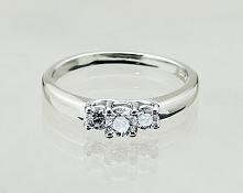 Pierścionek zaręczynowy: białe złoto i diamenty.