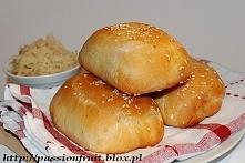 Kapuśniaczki - paszteciki z kiszoną kapustą 500 g mąki pszennej tortowej 125 ml ciepłej wody 125 ml ciepłego mleka 7 g drożdży instant ( 1 opakowanie) 1 łyżeczka cukru 1 łyżeczk...