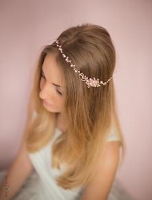 Ślubny wianuszek, ręcznie wykonany ze szklanych perełek w kolorze pudrowego r...