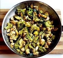 Dietetyczny kurczak z brokułami i cukinią:  - 500 gramów piersi z kurczaka - 1 duży brokuł - 1 cukinia - 1 łyżeczka soli - 1 łyżeczka słodkiej papryki - 2 łyżeczki czosnku - 1 ł...