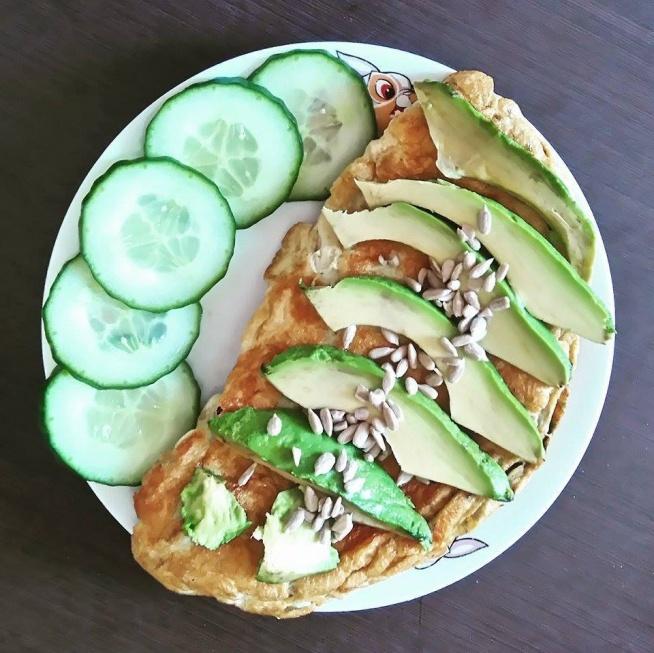 Dzisiaj She Hulk style breakfast, czyli omlet w otoczeniu zieleninki - solidna porcja białka i tłuszczu na dobry początek dnia!    przepis w notatkach na moim fp.  Link w komentarzu! :3