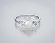 Pierścionek z perłą i diamentami.
