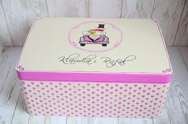 Personalizowany kuferek na kartki ślubne z motywem boćka i żaby :) Dookoła pudełka urocze, ręcznie malowane serduszka. Do kupienia w sklepie internetowym Madame Allure :)