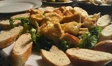 Smażony camembert z grzankami, pyszna do tego jest konfitura z czerwonej cebuli.