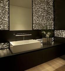 Elegancka, stylowa łazienka w ponadczasowej czerni i lekko mieniącymi się drobinkami wygląda doprawdy ekskluzywnie i dostojnie! Zobacz i zainspiruj się - nowoczesna łazienka, ła...