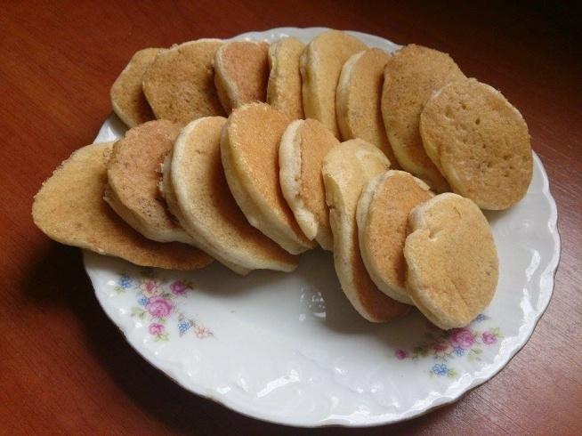 pyszyste placuszki z kaszy manny Składniki: 1 jajko (osobno białko i żółtko); 1/2 szklanki kaszki manny błyskawicznej; 1/2 szklanki mleka 2%; 1 dojrzały banan; 1 daktyl/ łyżeczka rodzynek. Do szklanki wlewamy mleko, wsypujemy kaszkę, mieszamy i odstawiamy na ok. 15-20 minut, by kaszka napęczniała. Banana obieramy i rozgniatamy widelcem na papkę. Daktyla kroimy w drobna kostkę. Mieszamy namoczoną w mleku kaszkę z daktylem, bananem i żółtkiem. Białko ubijamy na pianę, dodajemy do pozostałych składników i mieszamy. Rozgrzewamy suchą patelnię, łyżką nakładamy niewielką ilość ciasta i smażymy placuszek tylko do momentu, aż się zarumieni z obu stron.