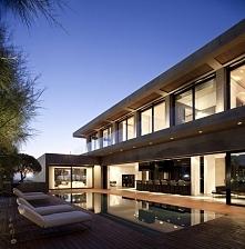 Dobrze zaprojektowany dom to ten, który wygląda efektownie zarówno za dnia, jak i nocą. Pamiętaj o odpowiedniej iluminacji domu w celu podkreślenia jego zalet i wyeksponowania f...