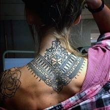 tatuaże damskie na szyi