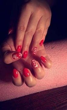 Soczysta czerwień i biale snieżynki. Piękny manicure.