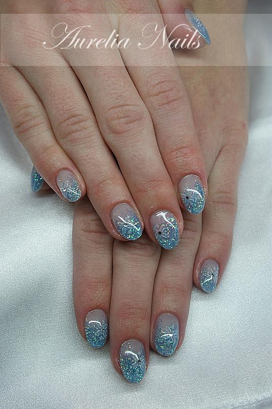manicure idealny na zimę , błękitny, świecący i śliczny :)