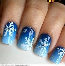 Genialne zimowy paznokcie. Ten niesamowity wzór płatków śniegu kojarzą się z niczym innym jak z zimą.