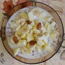 Śniadanie dla osób ćwiczących (400 kcal)  Płatki owsiane 30g Szklanka mleka Pół banana(60g) Małe jabłko Szczypta cynamonu Migdały 5g  Przepis zaczerpnięty z bloga: zdrowe-odzywi...