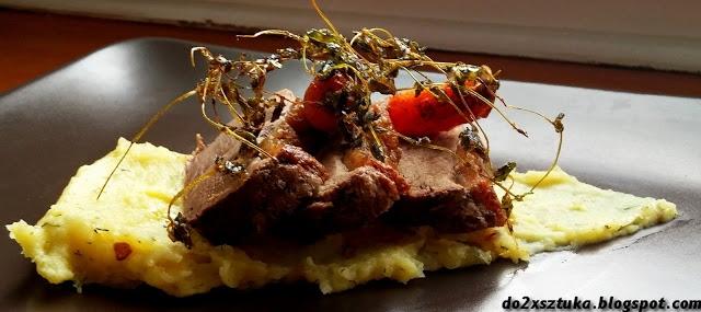 Kaczka z puree ziemniaczanym i karmelizowanymi marchewkami.