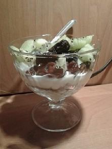 potreningowe zarelko! <3 jogurt naturalny, daktyle, rodzynki, śliwki, kiwi...