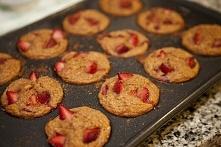 Razowe muffiny truskawkowo – bananowe