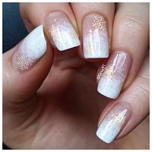 Przepiękny manicure ombre ze złotymi śnieżynkami. Śnieżnobiały odcień lakieru...
