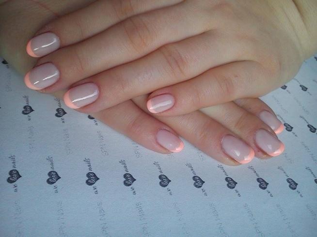 French w innej odsłonie :) Mleczny kolor hybrydy to super alternatywa, aby zapuścić własne paznokcie (odrostu nie widać).