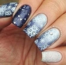 Śnieżynki na niebieskim tle , czyli zimą na paznokciach :)