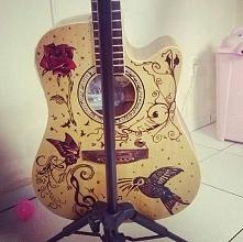 Pięknie ozdobiona gitara <3!!!