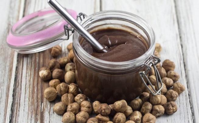 DOMOWA NUTELLA – PRZEPIS NA DIETETYCZNĄ NUTELLĘ ❤️  Uwielbiasz nutellę ? Z okazji Światowego Dnia Nutelli – 5 lutego – przygotowaliśmy przepis na zdrową, dietetyczną nutellę (270 kcal/100g). Domowa nutella jest bogata w witaminę E, witaminy z grupy B oraz posiada zdrowe tłuszcze. A do tego domowa nutella jest o połowę mniej kaloryczna od Nutelli Ferrero (546 kcal/100g) ze sklepowej pułki.  Sprawdź przepis u nas na FitPlanner ;) Klik w obrazek!  --- FitPlanner - wyszukiwarka zajęć sportowych, klubów fitness i instruktorów.