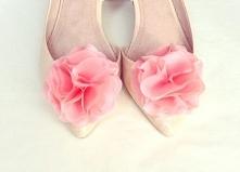 Subtelne klipsy - broszki do butów, wykonane z jedwabiu w niebanalnym odcieniu różu.  Do kupienia w sklepie internetowym Madame Allure :)