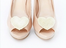 Cekinowe serduszka - klipsy do butów w kolorze kremowym.  Do kupienia w sklepie internetowym Madame Allure :)