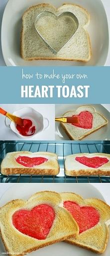 walentynkowe tosty!! ( masa z którego namalowano serce to 2-3 łyżki mleka + barwnik)