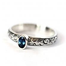 uroczy pierścionek z szafirem