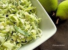 Obiadowa surówka z porem, gruszką i zielonym ogórkiem Składniki:      1 duży por     2 gruszki     1 wężowy ogórek     3 łyżki posiekanego szczypiorku     3 łyżki jogurtu natura...