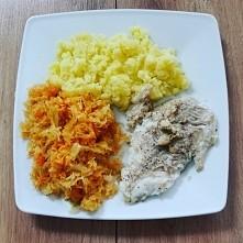 pieczony dorsz z ziemniaczkami i surówka z kapusty kiszonej i  marchewki
