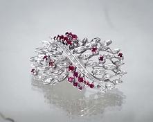 Broszka z rubinami i diamentami.