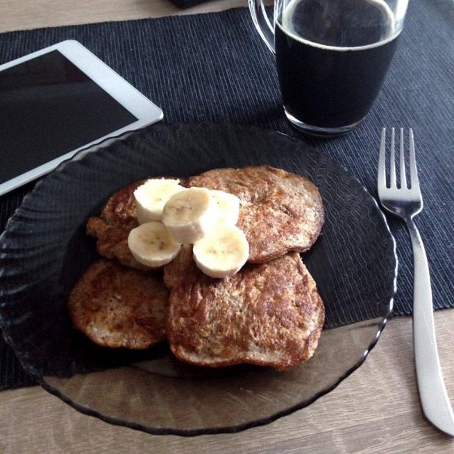 Dziś na śniadanie dietetyczne placuszki owsiane bananowo-cynamonowe. Energia na cały poranek! Przepis: banan, jajko, łyżka płatków owsianych, pół łyżeczki cynamonu. Banana kroimy i wrzucamy do miseczki. Dodajemy resztę składników i blendujemy (jeśli nie mamy blendera można rozdrobnić banana widelcem i wszystko dokładnie wymieszać). Nagrzewamy patelnię i smażymy kilka minut każdą stronę na oleju kokosowym/maśle klarowanym/oliwie. Ja użyłam oleju kokosowego. Po wyłożeniu na talerz można polać jogurtem naturalnym, dodać owoce lub pozostawić bez niczego - wedle uznania. SMACZNEGO :)