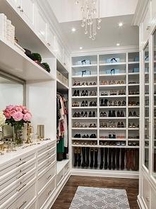 Piękna, stylowa garderoba urządzona w bieli - zobacz jak została zaprojektowa...