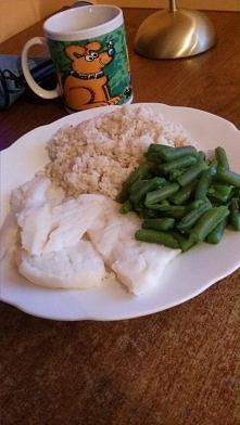 Dzień 1. Dzisiaj na obiad wjechała ryba na parze z brązowym ryżem i fasolką szparagową :)) Może to nie to samo co chrupiąca ryba w panierce, ale i tak jest bardzo smaczna, no i ...
