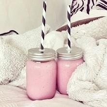 Przepis na KOKTAJL MLECZNO-TRUSKAWKOWY -> Składniki: -320 g świeżych truskawek -800 ml zimnego mleka o niskiej zawartości tłuszczu -listki mięty (opcjonalnie) Sposób przygoto...