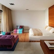 Wnętrze sypialni w nowoczesnym domu na wybrzeżu Hiszpanii. to pomieszczenie t...