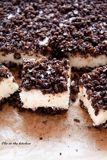 Ciasto z płatkami owsianymi i jogurtem naturalnym Jedno z fajniejszych ciast jakie udało mi się upiec. Kruchy, lekko rozpadający się spód wykonany z płatków owsianych i kakao. A...