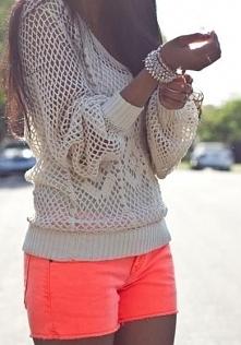 kocham ten sweterek i szorty