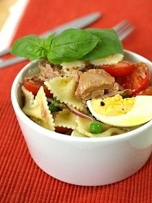 Klasyczna sałatka makaronowa z tuńczykiem i zielonym groszkiem