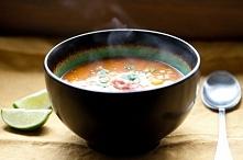 Indyjska zupa kalafiorowa z pomidorami i ciecierzycą