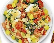 Składniki:  - 150 g ulubionej mieszanki sałat  - 4 jaja  - 100 g łososia wędzonego w plastrach  - 10 szt. pomidorków koktajlowych  - 20 szt. małych cebulek złocistych z zalewy o...