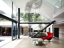 Jasny, otwarty i bardzo przestronny salon z wysokim sufitem - salon otwierają...
