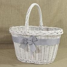 Poręczny wiklinowy koszyk w kolorze białym zdobiony wstążką z kokardą