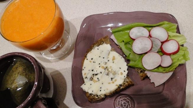 Sok z marchewek, jabłek i gruszek :) to białe z kropkami na kanapce to ser Koryciński z czarnuszką i....czymś jeszcze, zapomniałam nazwy :P ale dobry, lubię takie sery :) PS: już wiem, ser z czarnuszką i kozieradką ;)