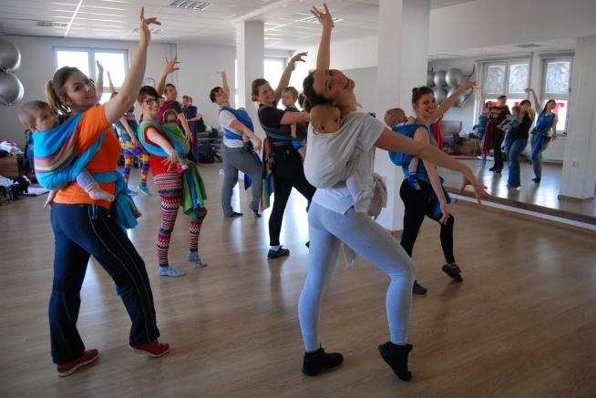 A tak bawiła się nasza grupa Zaplątanej Cubany w środę 16 marca! Piękne uśmiechnięte Mamy tańczące w rytmach latyno-amerykańskich ze swoimi Skarbami w kolorowych chustach to cudowny widok! :D Jesteś z Katowic i chcesz do nas dołączyć? Znajdź naszą stronę B-Fit Studio Fitness i dołącz do nas! Albo przyjdź do Studia Fitness w Katowicach na Dąbrówki 10 po więcej informacji ;) Zapraszamy! Zespół B-Fit