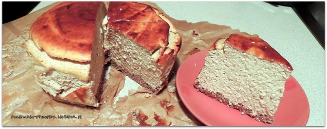 """DIETETYCZNY SERNIK BANANOWY Kolejna odsłona! Z okazji zbliżających się świąt Wielkanocnych postanowiłam po raz kolejny upiec sernik. Oczywiście w wersji dietetycznej :)     Składniki:   Spód:  2 łyżki płatków żytnich 2 łyżki otrębów żytnich 6 łyżek otrębów pszennych 1 łyżeczka stevi mały jogurt naturalny Masa: 500g sera twarogowego (użyłam Emilki) 2 łyżki miodu 1 dojrzały banan 3 jajka 2 łyżeczki cynamonu skórka z pomarańczy Dodatki:   orzechy nerkowca Przygotowanie: Wszystkie składniki na spód zmiksować razem i przełożyć do blaszki wyłożonej papierem do pieczenia. Piec około 15 minut w 175 stopniach. Następnie twaróg wraz z miodem i bananem zmiksować na na gładką, aksamitną masę. Oddzielić białka od żółtek. Żółtka dodać do masy serowej ze skórką pomarańczową i ponownie zmiksować. Białka ubić na sztywną pianę z dodatkiem cynamonu i dodać do masy, powoli mieszając. Całą masę wyłożyć na """"podpieczony"""" spód i piec kolejne 20 minut w tej samej temperaturze. Po zakończeniu pieczenia uchylić drzwi od piekarnika i odczekać pół godziny przed wyjęciem ciasta (aby nie opadło). Ostudzony sernik udekorować ulubionymi dodatkami. Ja oczywiście użyłam ulubionych orzeszków nerkowca ;)  Sernik pomimo wykonania w dietetycznej wersji, ma słodki, lekko bananowy smak. Ponadto jest bardzo puszysty, wręcz rozpływa się w ustach! Na pewno upiekę go po raz kolejny lekko modyfikując dodatki :)    Kalorie: Całość (10 kawałków)- ok. 940kcal 1 kawałek- ok. 94kcal"""